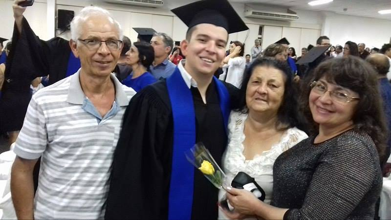 Grabiel ,com a mãe Júlia Célia e os avós, em foto tirada pelo pai, Álvaro Céglio.