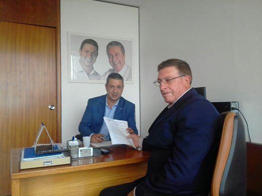 Pedro Saci, segurando uma propositura, com Ricardo Izar em Brasilia.