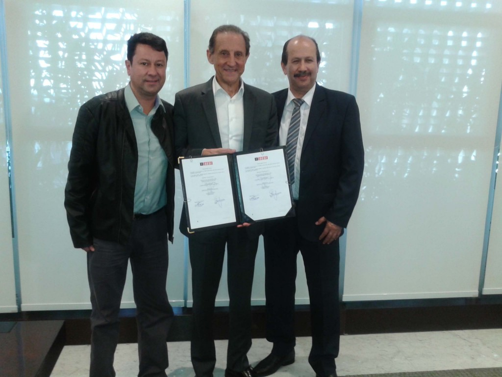 Prefeito Luiz Antônio Machado, Júnior Palmeirense e, ao centro, Paulo Skaf com o convênio assinado.