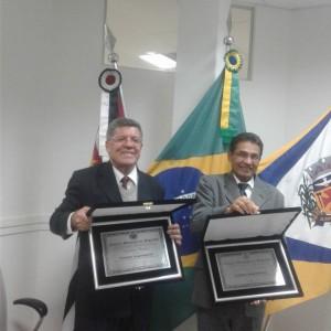 Hamilton e João da Mala com suas placas de cidadãos angatubenses
