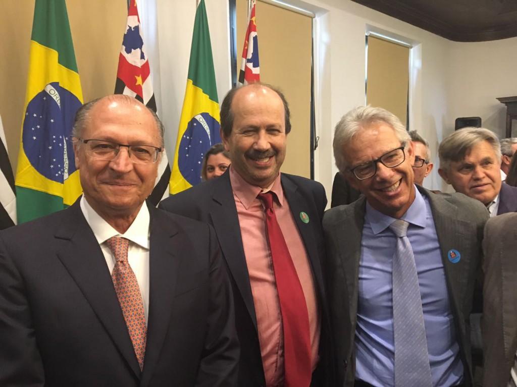 O prefeito de Angatuba, Luiz Antônio Machado, entre o governador Geraldo Alckimin e o deputado Edson Giriboni, nesta tarde no Palácio dos Bandeirantes.I