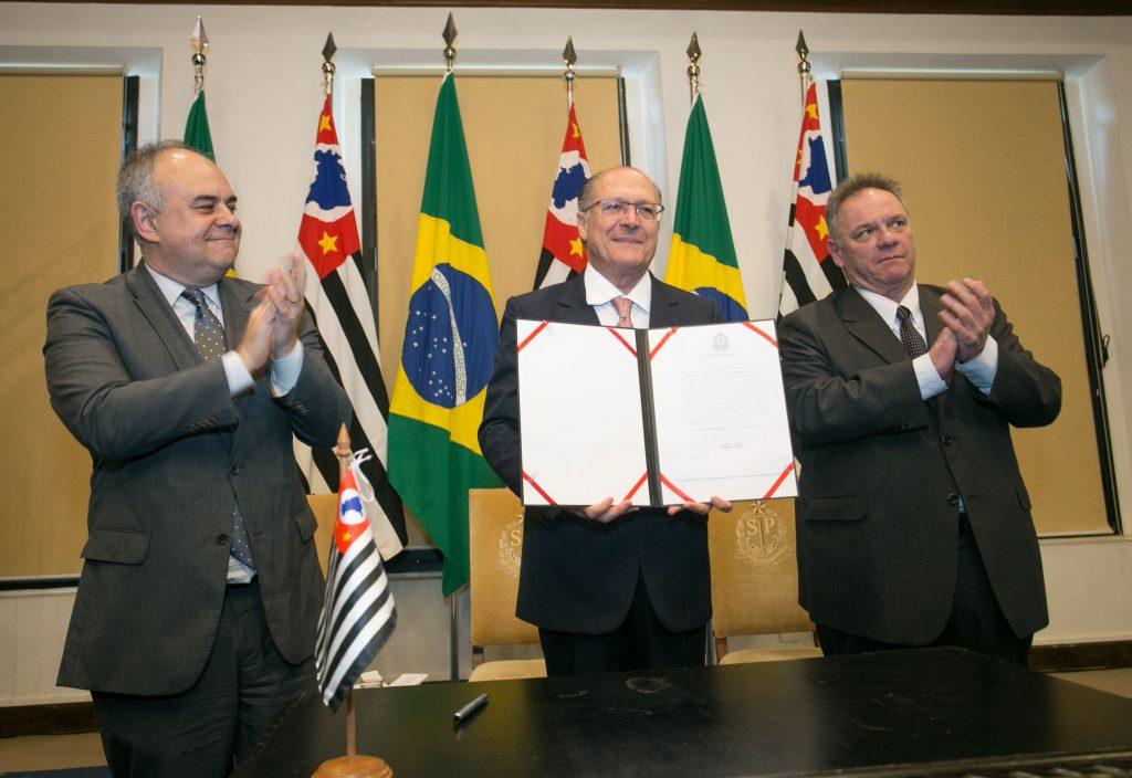 Alckimin mostra o livro da assinatura. À sua direita o secretário de Logística e Transportes Laurence Casagrande Lourenço. Foto: Gilberto Marques.