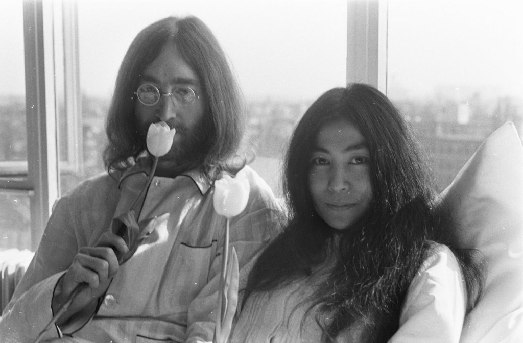 Bed-In_for_Peace_Amsterdam_1969_-_John_Lennon__Yoko_Ono_16