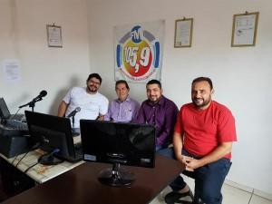 Na rádio, da esquerda para a direita , o apresentador João Vitor, Paulinho, Nícolas e Carlão.