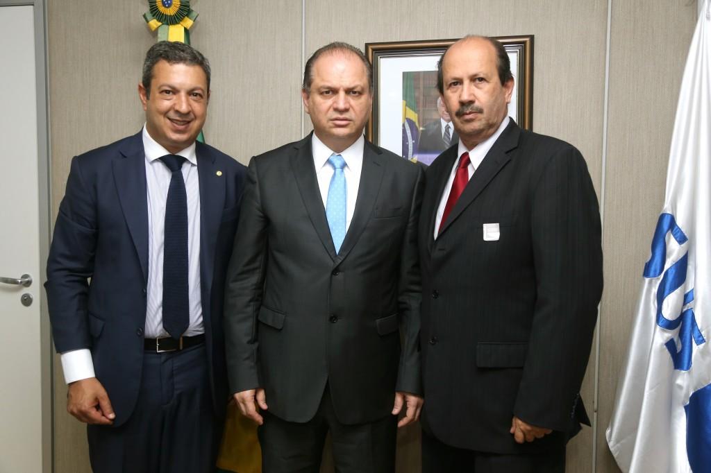 Prefeito Luiz Antônio Machado, à direita; o ministro da Saúde, Ricardo Barros ao centro e o deputado Ricardo Izar.