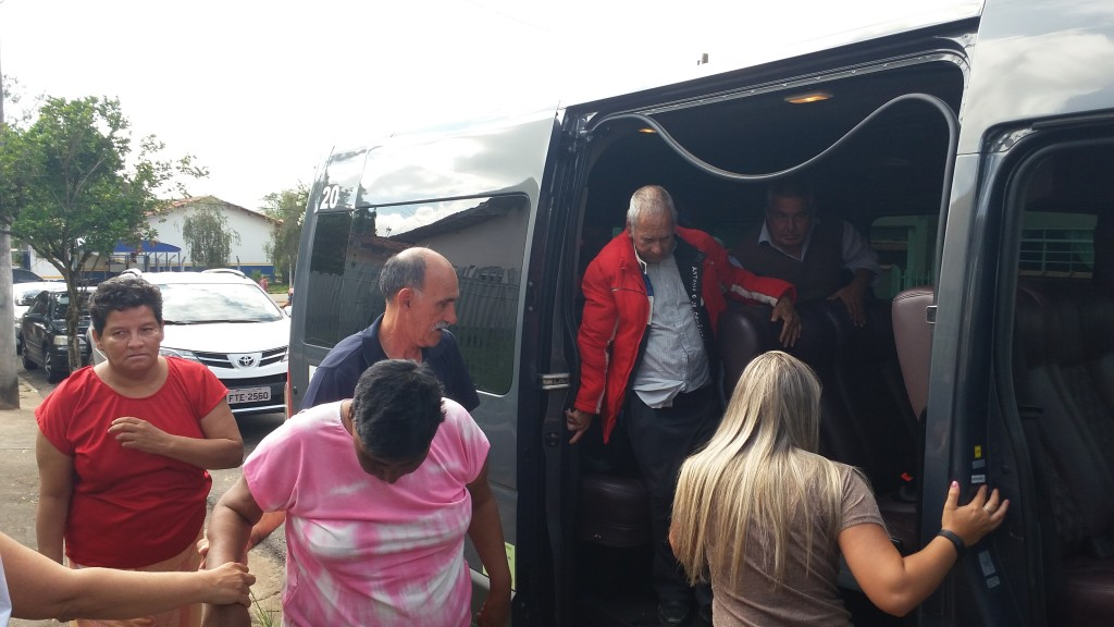 Motorista da van e ciuidadora ajudam internos n chegada.