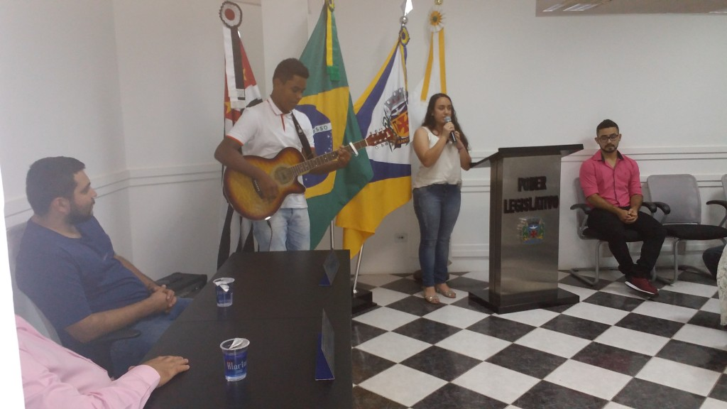 Alunos da escola Ivens Vieira apresentam número musical em homenagem ao escritorj