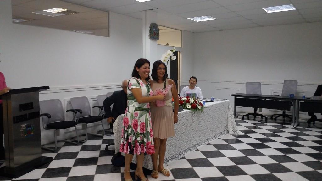 À esquerda, a esposa de Élcio, Adriana, recebe flores da esposa do presidente da Câmara,Nilda.