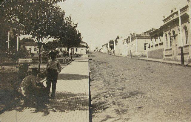 Angatuba em 1936. Praça da matriz, rua Espírito  Santo e munícipes.
