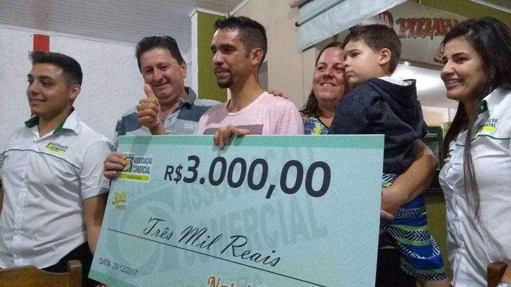 Sorteio de prêmios da ACEA. Na foto um ganhador de R$ 3 mil. O primeiro prêmio, R$ 15 mil em vale- compras, foi para uma freguesa da Ótica Nacional, da proprietária Andréia de Oliveira Souza.