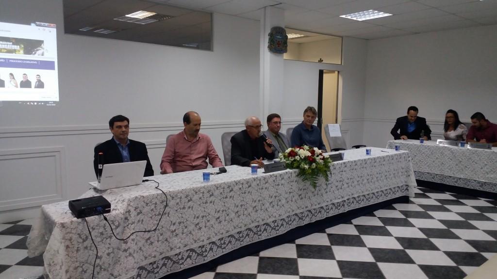 Da esquerda para direita: professor doutor Ricardo Cardoso Benine; prefeito Luiz Antônio Machado; presidente da Câmara, João Damasceno dos Santos; vereador Pedro das Dores Hergesel; vice-prefeito Márcio Abdelnur.