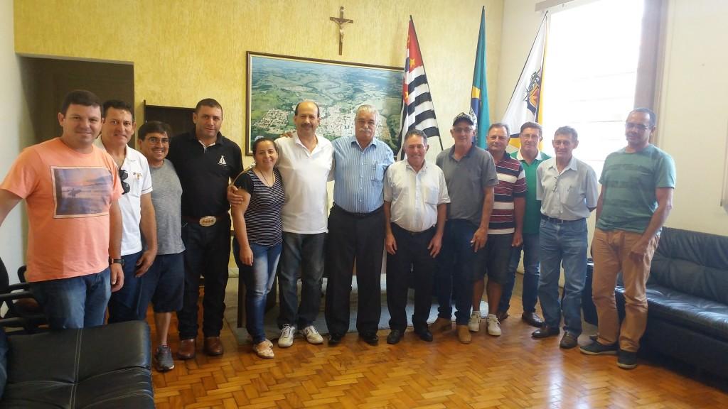 Prefeito Luiz Antônio Machado, com representantes do bairro Batalheira, em seu gabinete.