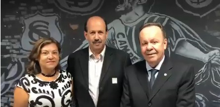 Prefeito de Angatuba Luiz Antônio Machado, a presidente do Fundo Social, Magali Ramos Machado e, à direita o deputado federal Antonio Goulart (PSD), no lançamento do programa Internet para Todos.