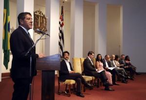 Secretário de Estado da Saúde, David Uip, na sua fala, na cerimônia das assinaturas de convênios. Foto: Assessoria de Imprensa do Governo do Estado.