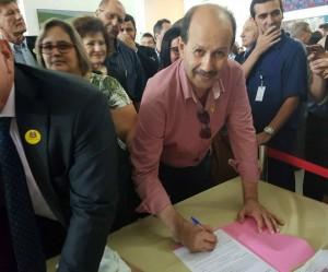 Prefeito Luiz Antônio Machado, assinando o convênio, em São Paulo, na segunda-feira, 19. Foto Assessoria de Imprensa da Prefeitura.