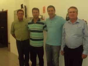 Izar, o terceiro da esquerda para a direita com o vereador atual Pedro das Dores Hergessel e com os vereadores da gestão  2013/2016  Benedicto dos Santos Júnior e Bras Rochel.