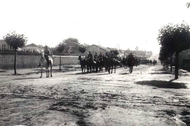 Tropa de gaúchos entrando na cidade, na Revolução Constitucionalista.