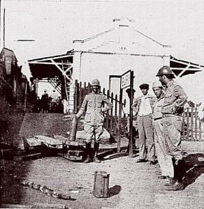 Soldados do Exército Nacional na estação ferroviária de Buri, durante a Revolução Constitucionalista. Foto tirada por Thobias Pezzoni e publicada na revista Semana edição de 19 de setembro de 1932.