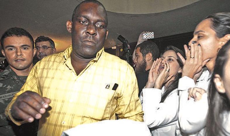 O médico negro cubano  Juan Delgado é vaiado por manifestantes na chegada a Fortaleza (CE), em 2013. Sua cor inflamou o ânimo dos médicos brancos que o vaiavam.  Foto: Reprodução
