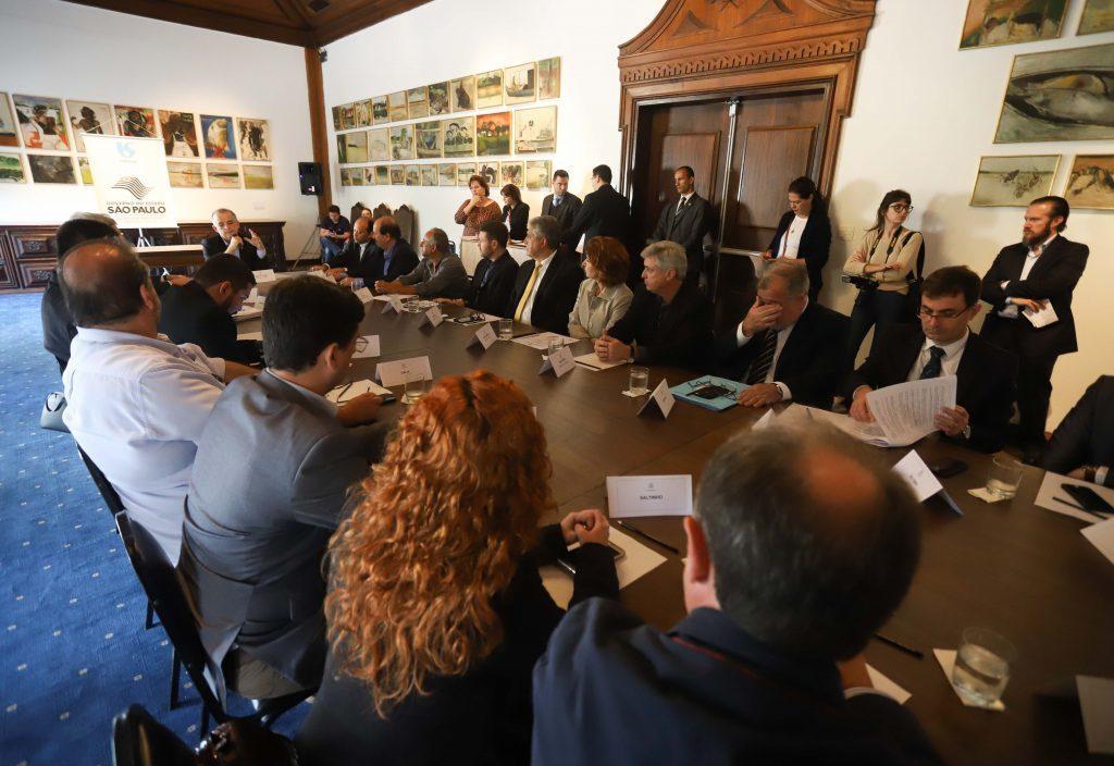 Reunião para a assinatura da concessão entre Sabesp e Angatuba e outros municípios em São Paulo. Foto Assessoria do Palácio dos Bandeirantes