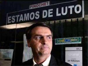 Bolsonaro colocou faixa em frente a seu gabinete lamentando a morte do ditador chileno Augusto Pinochet, em 2006. Pinochet, em sua ditadura de 17 anos determinou milhares de torturas e mortes de adversários e até de aliados que num momento ou outro não concordava com ele.